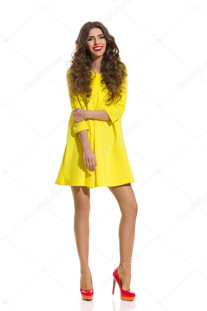 Дівчина моди в жовтий міні-сукні — Стокове фото — червоний ... 2f6416e938219