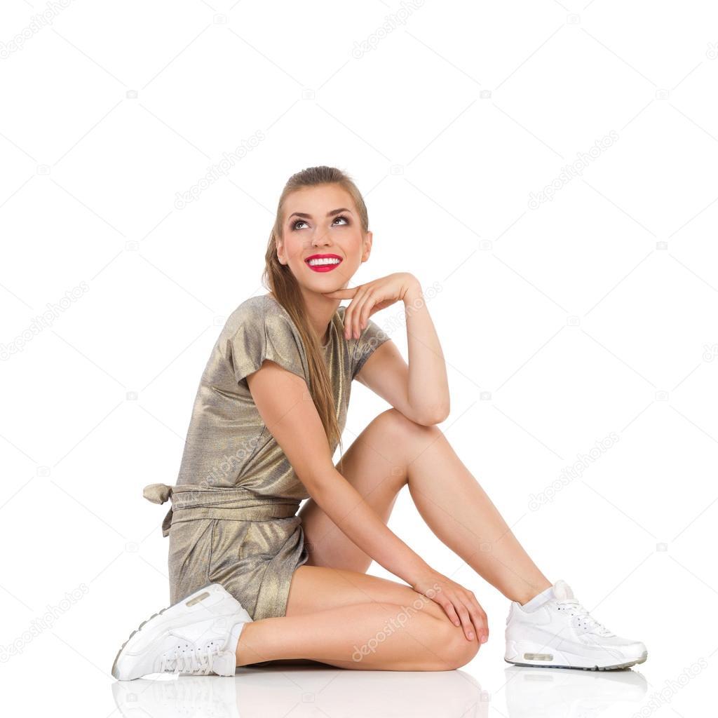 Писсинг одежде девушки в нижнем белье сидят на полу смотреть девичники