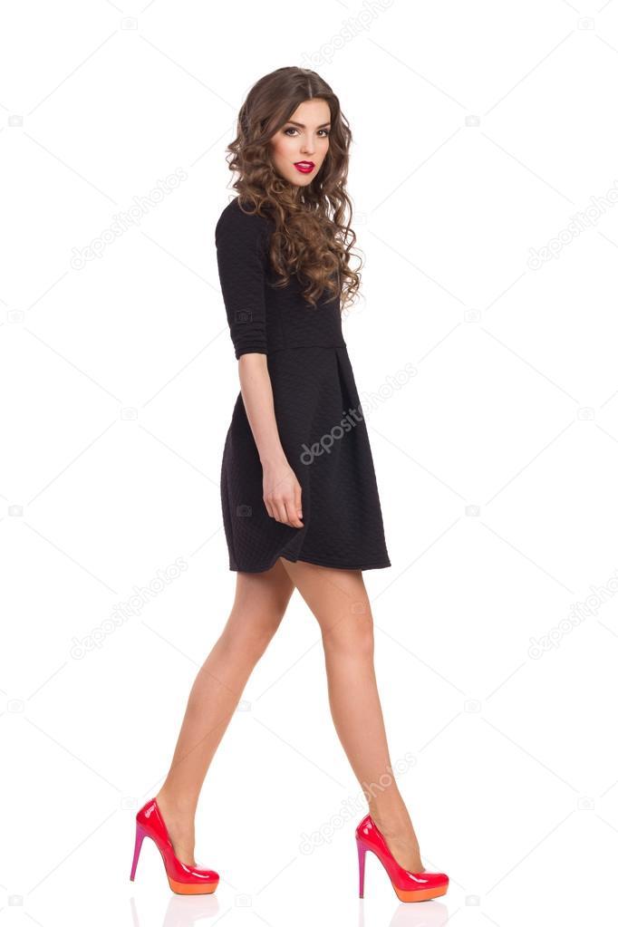 brand new 3f6f0 dfe2f Donna ambulante In Mini abito nero — Foto Stock © studioloco ...