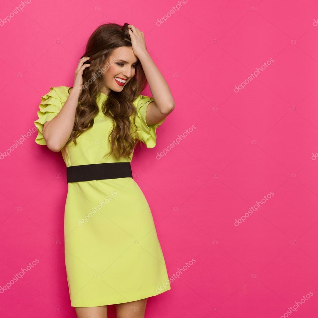 Mujer feliz sobre fondo rosa — Foto de stock © studioloco #110981486
