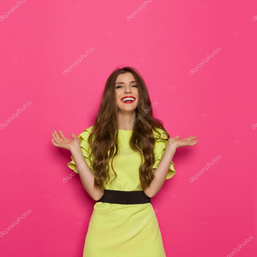 Mujer feliz en cal verde vestido con fondo rosa — Fotos de Stock ...