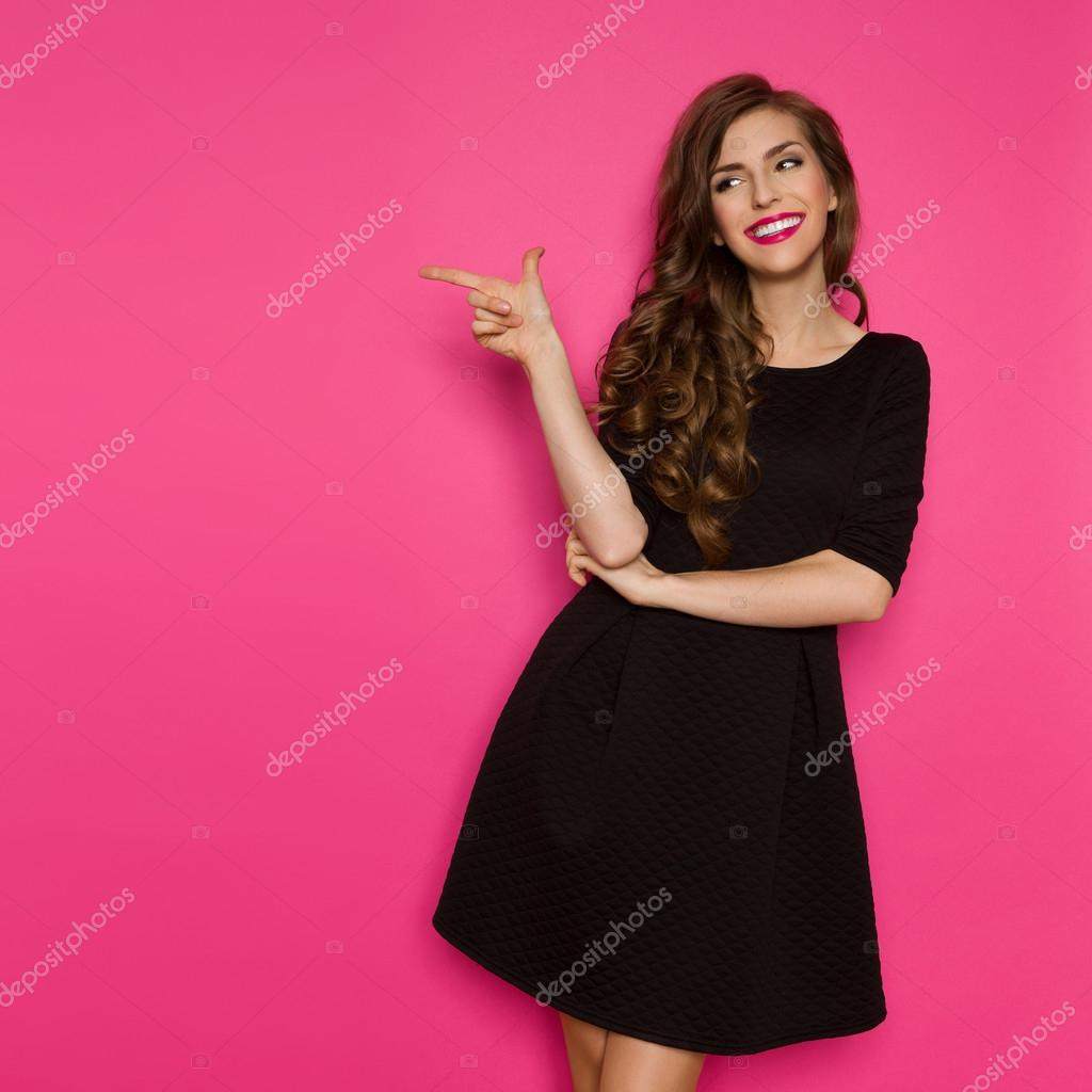 Fotomodell In schwarzen Kleid zu zeigen — Stockfoto © studioloco ...