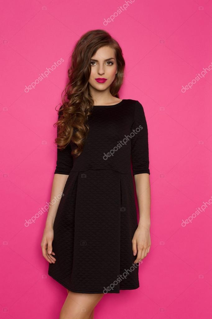 Frau In einfaches schwarzes Kleid — Stockfoto © studioloco #73576349