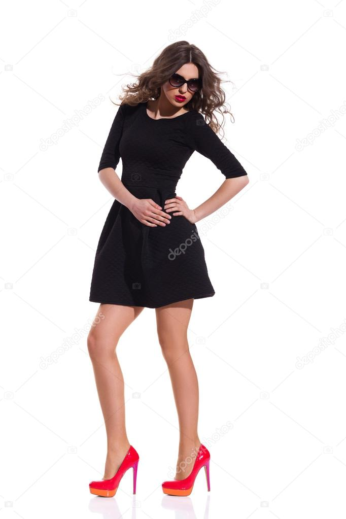 Vestido negro y tacones rojos