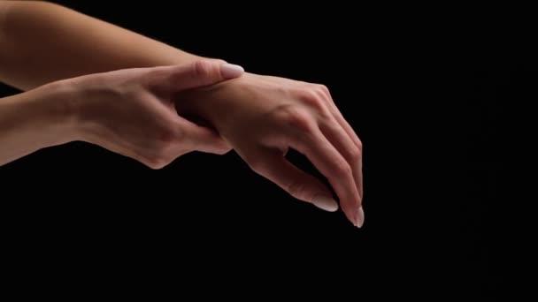 Fájdalom női csuklón. A nő masszírozza a csuklóját, carpal szindróma