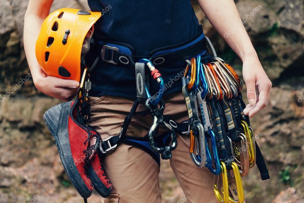 Kletterausrüstung Outdoor : Frau stehend mit kletterausrüstung u stockfoto remains