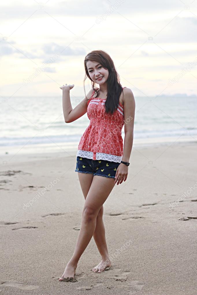 Тайские девушки на пляже фото