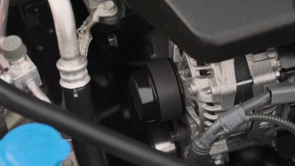 zblízka pohled na fungující čistý generátor v autě.