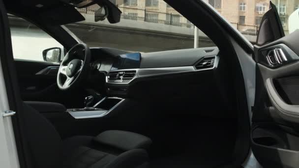 Moskva, Rusko - CIRCA 2021: Nový model BMW 420d 4. model na silnici. Bílé špinavé kupé ve městě. Interiér luxusního vozu.