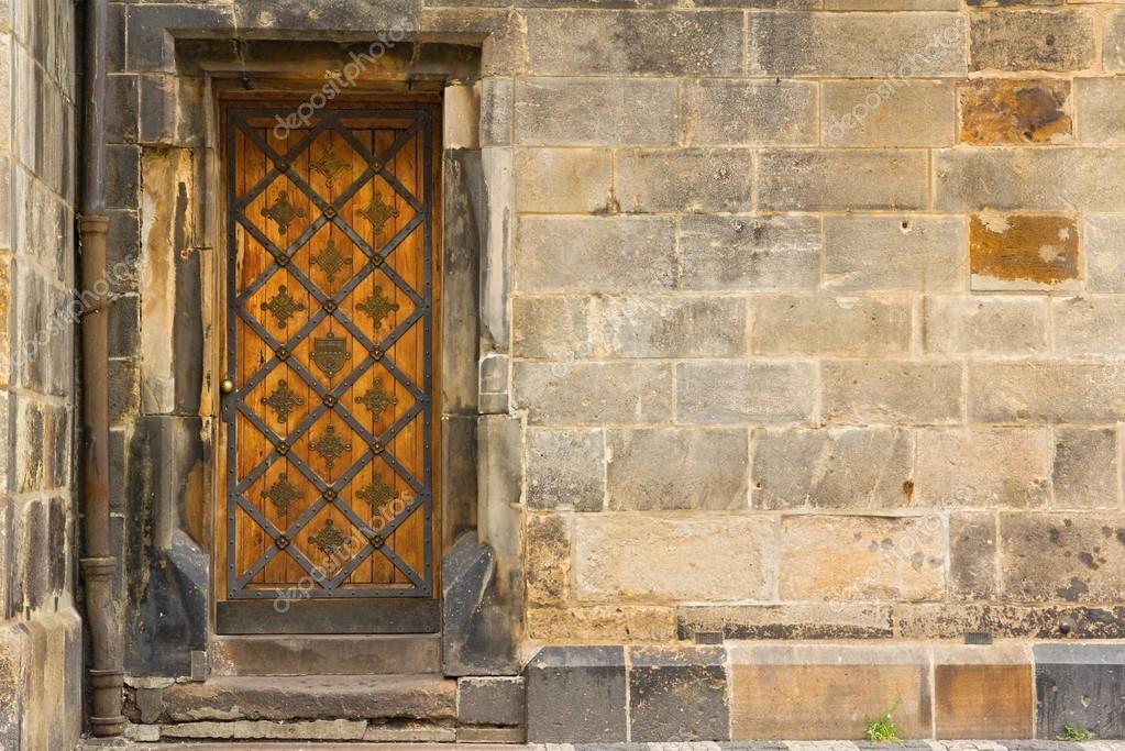 Détail des vieilles portes en bois dans la vieille ville de Prague ...