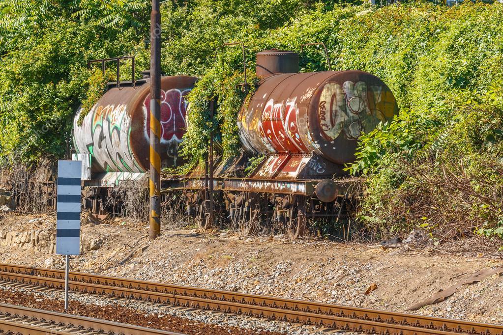 alte eisenbahn kesselwagen mit graffiti auf schienen stockfoto dermot68 93589422. Black Bedroom Furniture Sets. Home Design Ideas