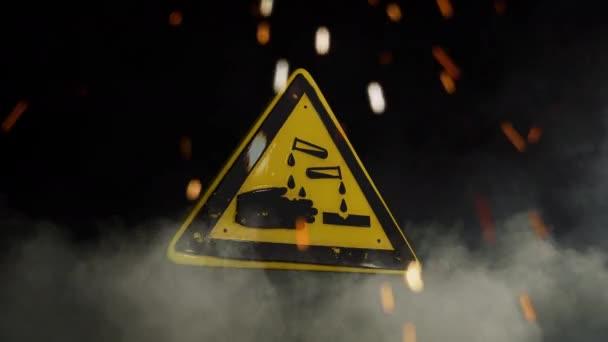 korozivní nápis nebezpečí na zakouřeném pozadí
