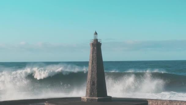 Zpomalení silné vlny narazí na osamělý maják v otevřeném oceánu