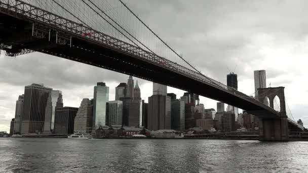 Temné mraky nad Brooklynský most