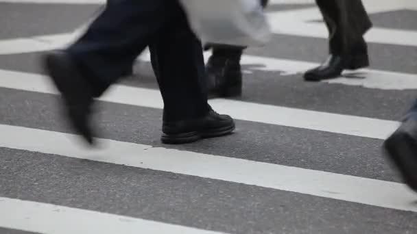 Chůzi nohy přes ulici