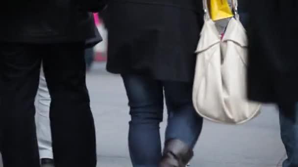 gente che cammina sul marciapiede strada