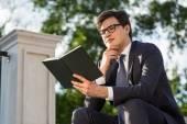 Myšlení podnikatel čtení knih mimo