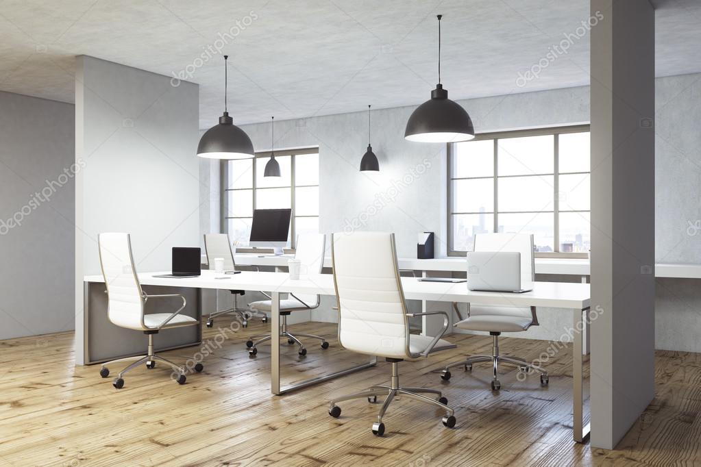 Interior de oficina coworking con piso de madera, paredes de ...