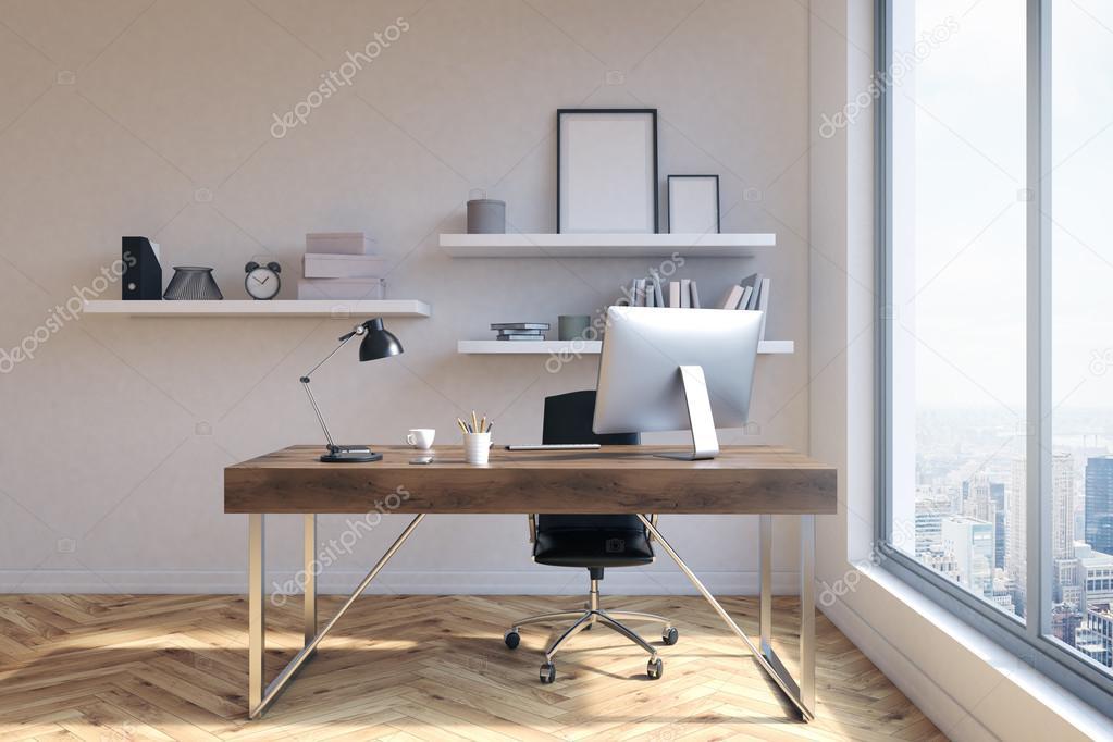 Vista frontal del lugar de trabajo de oficina con los marcos en ...
