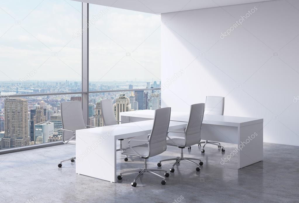Intérieur de bureau moderne avec d immenses fenêtres et vue