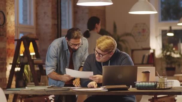 Mladý muž z Blízkého východu přináší dokumenty bělošskému kolegovi a žádá ho o radu, zatímco večer spolupracuje v podkrovní kanceláři