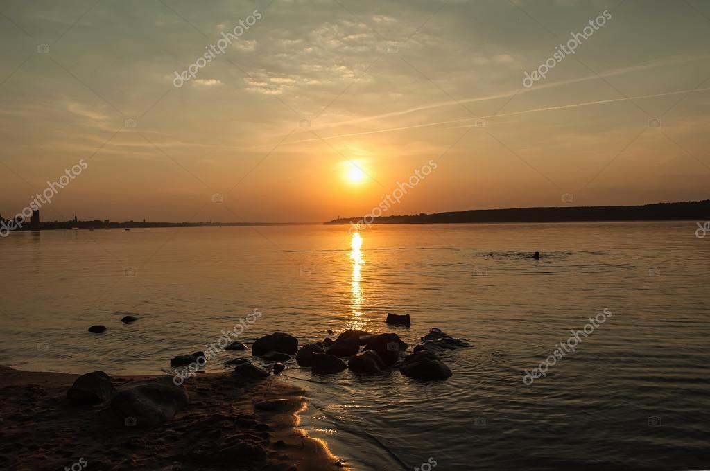 tramonto di sole pietre di fiume — Foto Stock © Iri_sha #58753557