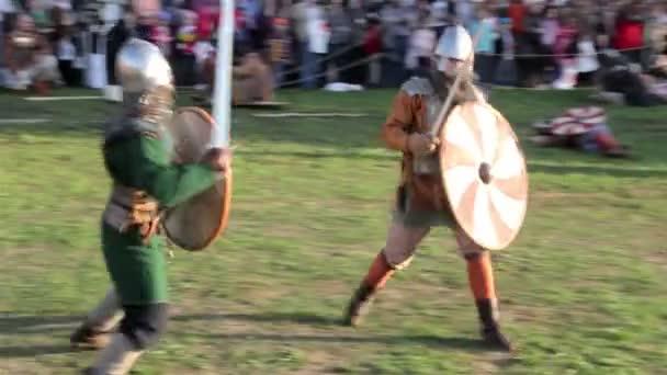 Mittelalterliche Ritter Schlacht auf Schwerter. St. Petersburg. Russland. 2015