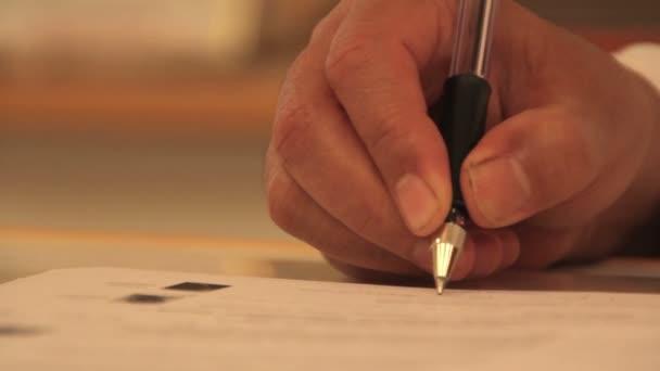 ženské ruce psací pero