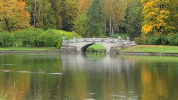 Starožitné most u rybníka na podzim Park