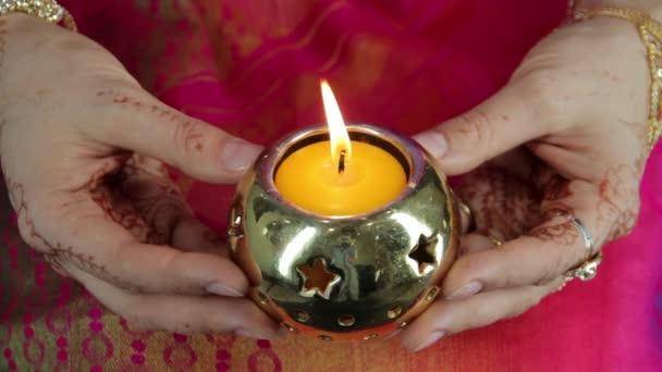 Kalóczkai gyertya a kezében, az indiai nők