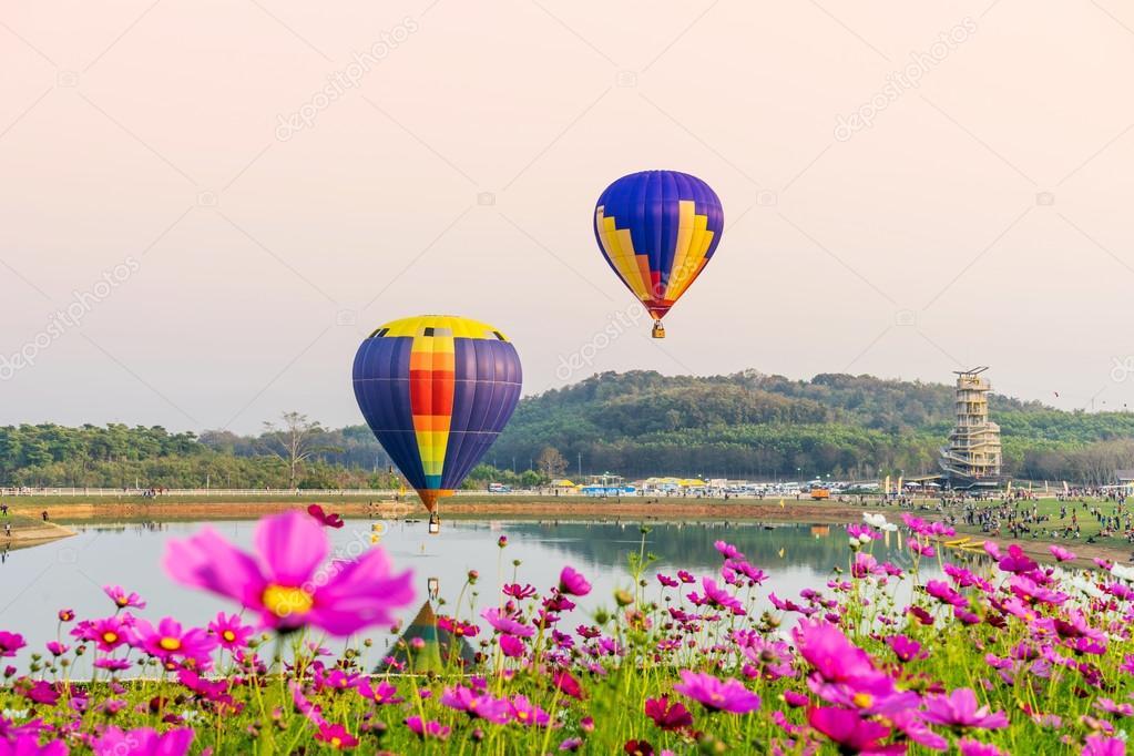 Фотообои Красочные воздушные шары и пролетел над космос цветы на закате