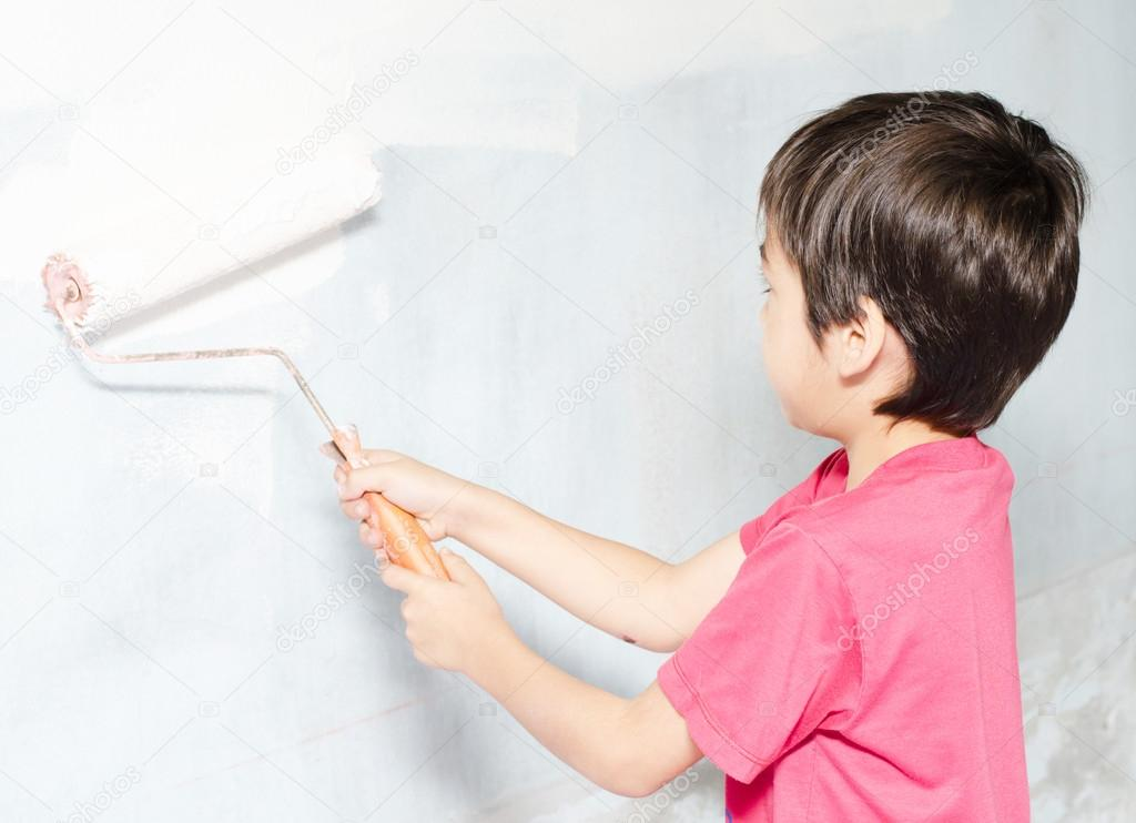 Niño pintando el color de la pared blanca en casa — Fotos de Stock ...