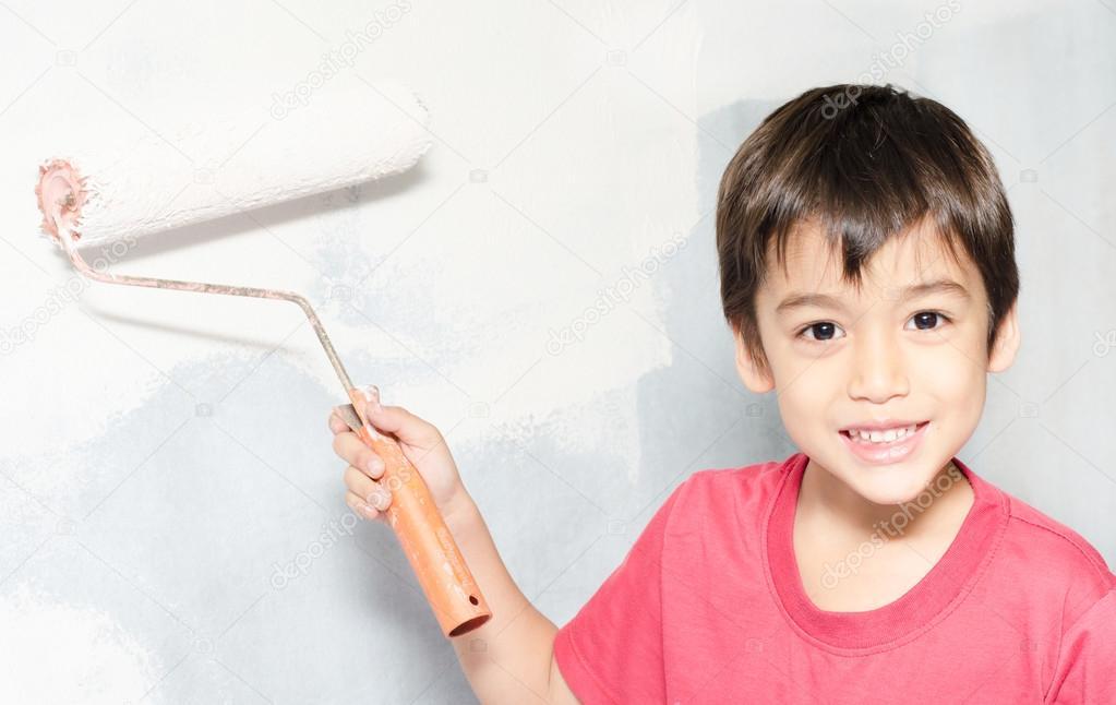Niño pintando el color de la pared blanca en casa — Foto de stock ...