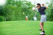 Malá Asiatka hrát golf
