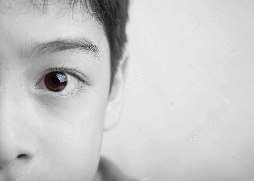 Cerrar los ojos de color de punto de niño blanco y negro — Foto de ...