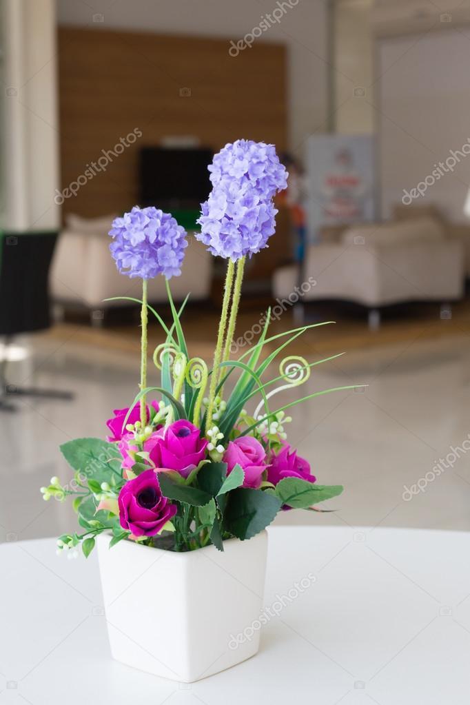 Flores artificiales jarrones Fotos de Stock Praiwun 112241260