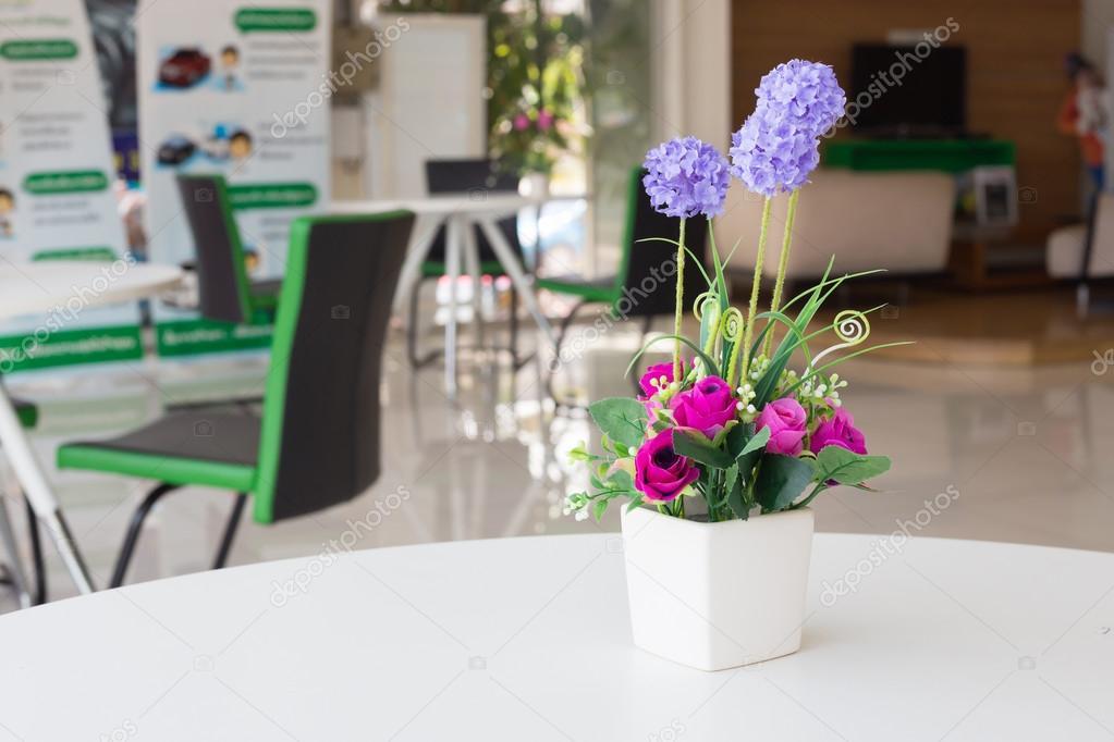 Flores artificiales jarrones Fotos de Stock Praiwun 112241274