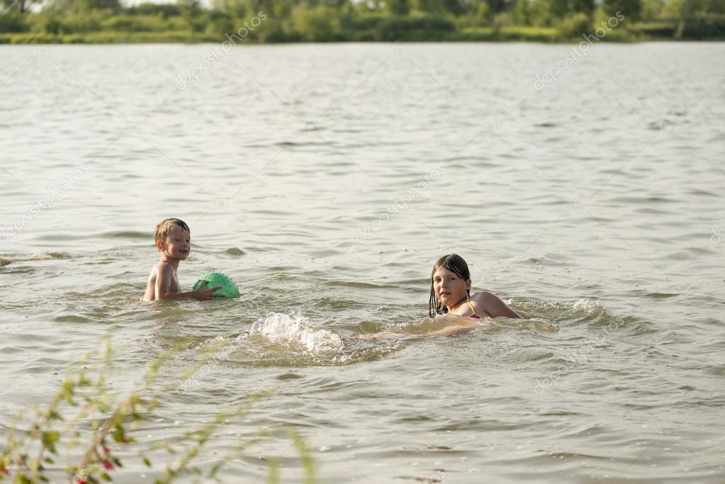 как купаются парни в одежде в речке покачал