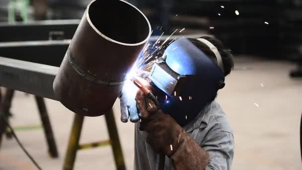 dělník s ochrannou maskou