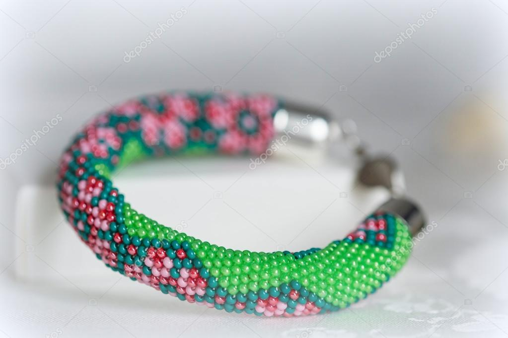 Perlen häkeln Armband mit Blumenmuster — Stockfoto © Tallula #101363008