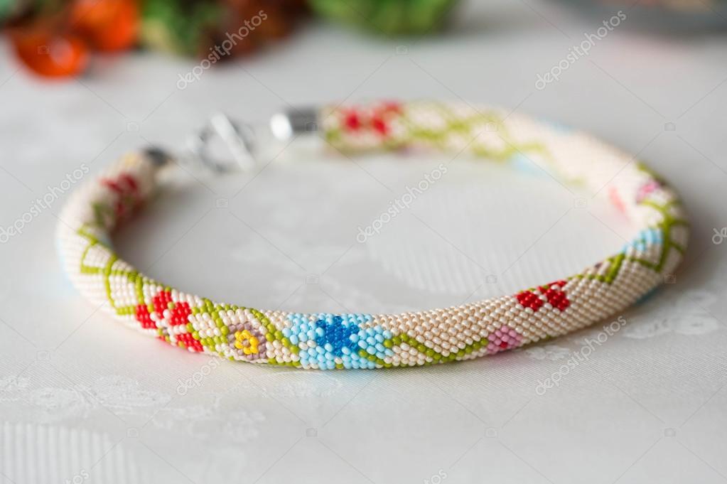 Collar de ganchillo con cuentas flores de cerca — Foto de stock ...