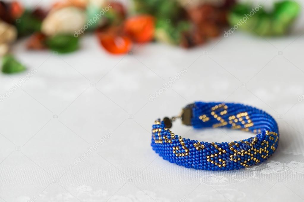 Pulsera de ganchillo con cuentas con un patrón Oriental cerca — Foto ...