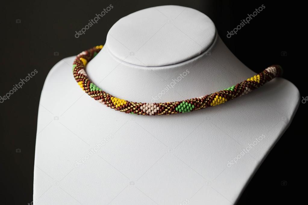 Collar de perlas con patrón de rombos de ganchillo — Foto de stock ...