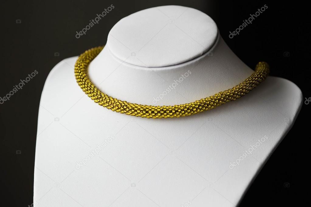Collana Di Perline Uncinetto Da Perle Dorate Di Colore Foto Stock