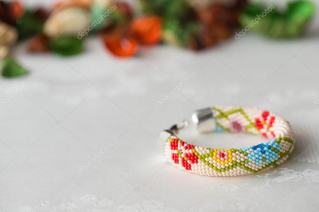 Perlen Häkeln Armband Mit Blumenmuster Hautnah Stockfoto Tallula