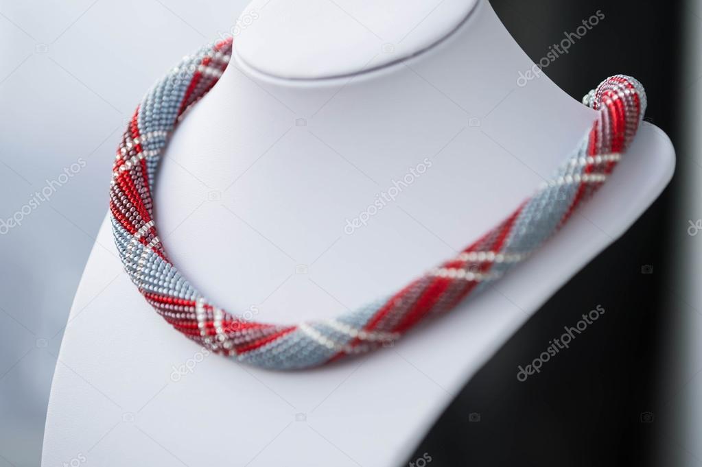 De ganchillo collar de perlas de color gris, rojo y blanco — Foto de ...