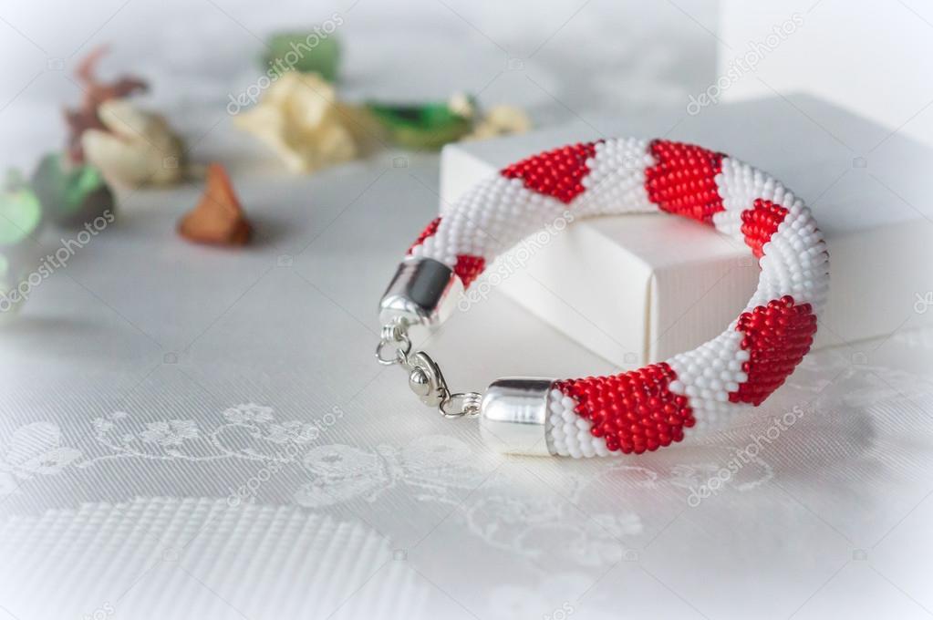 Gehäkelte Perlen Armband mit einem Muster der Herzen — Stockfoto ...