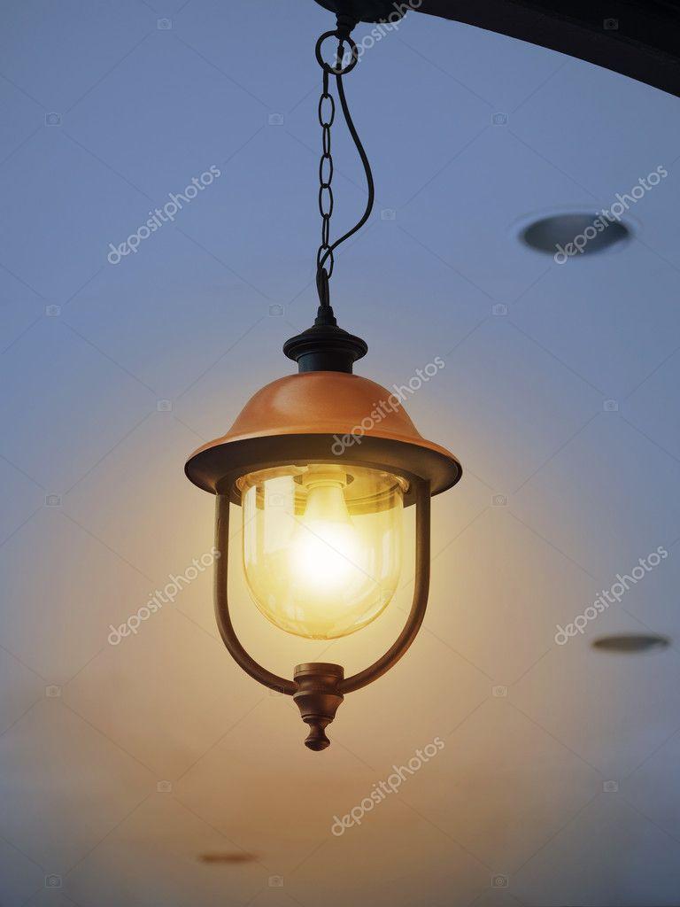 vintage verlichting lamp in de hangende lantaarn stockfoto