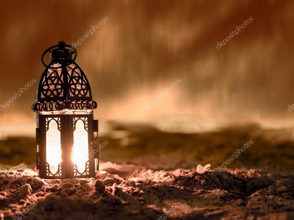 Illuminazione con la candela all interno di lanterna brillante