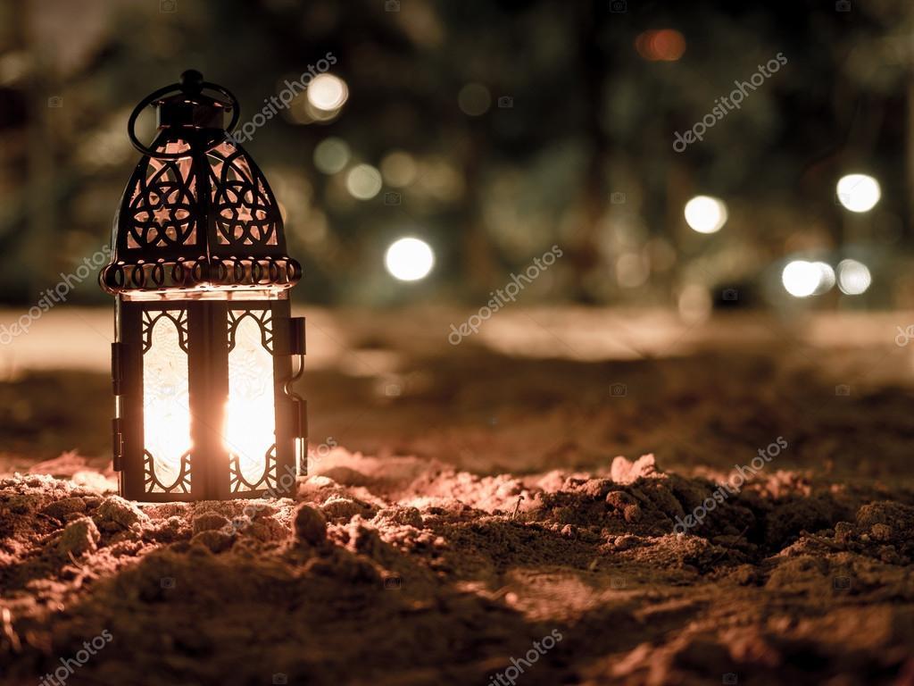 Illuminazione con la candela all interno di lanterna brillante il